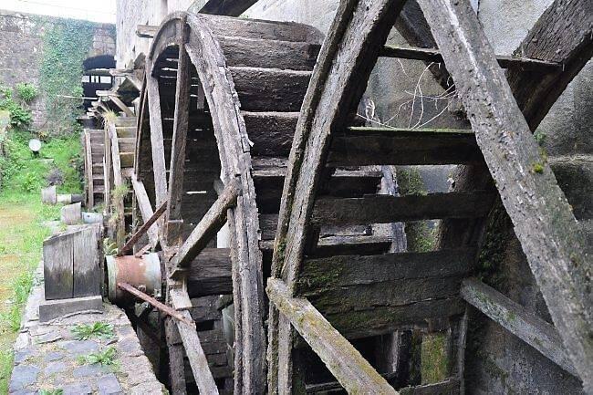 Les quatre roues à augets vont être entièrement changées. Elles devraient tourner à nouveau et produire de l'électricité.